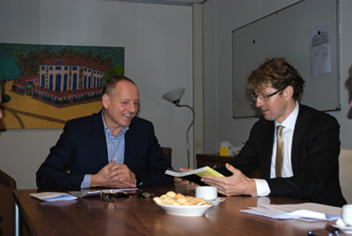 Roy de Haan, directeur Huygens College, overhandigt fotoboek I WAS HERE aan Sander Dekker.